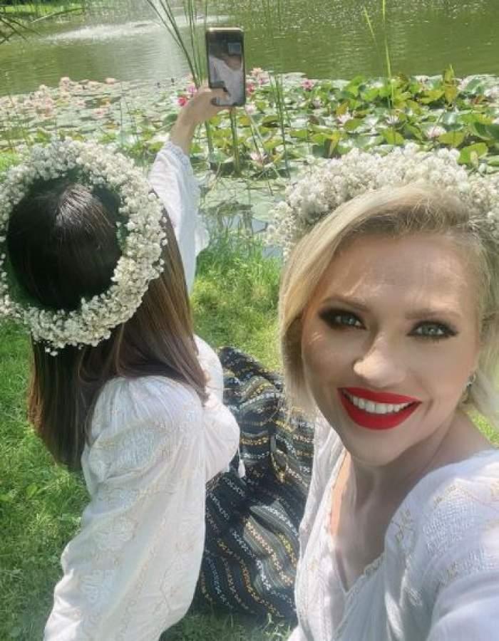 Mirela Vaida și Cosmina Adam, într-un lan cu flori.