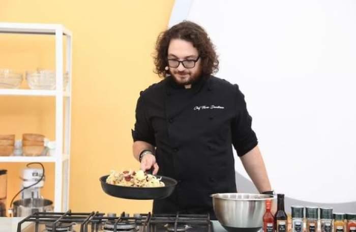 Florin Dumitrescu în timp ce gătește.