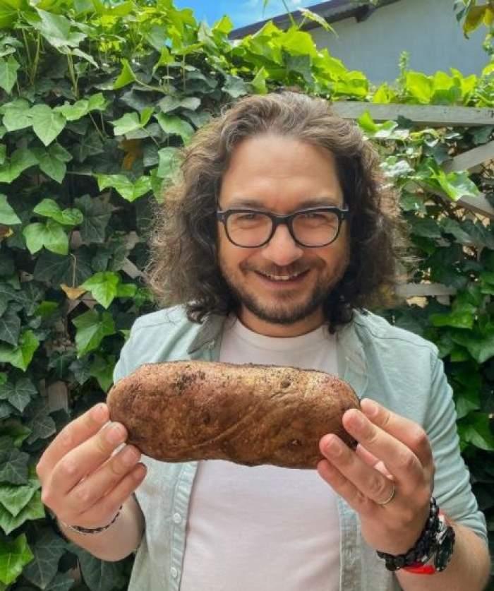 Florin Dumitrescu cu o pâine în mână.