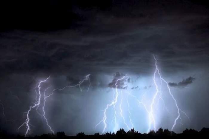 Cod roșu de ploi și vijelii în mai multe județe din țară. Ce ne așteaptă după vremea caniculară