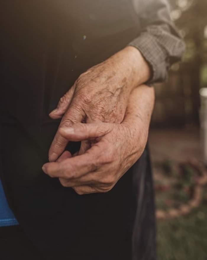 Un bărbat cu Alzheimer a uitat că este căsătorit și s-a îndrăgostit, din nou, de soție. Cei doi au o poveste de dragoste impresionantă
