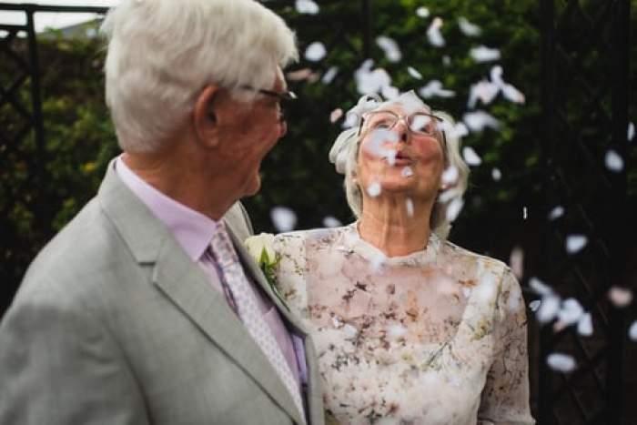 un cuplu în vârstă în ziua nunții