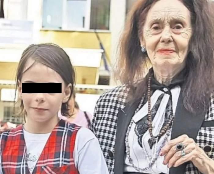 Adriana Iliescu alături de fiica sa, la școală.