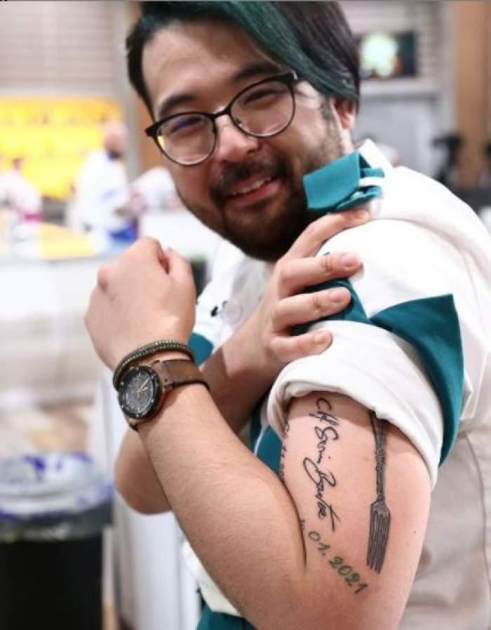 Rikito Watanabe cu tatuajul la vedere.