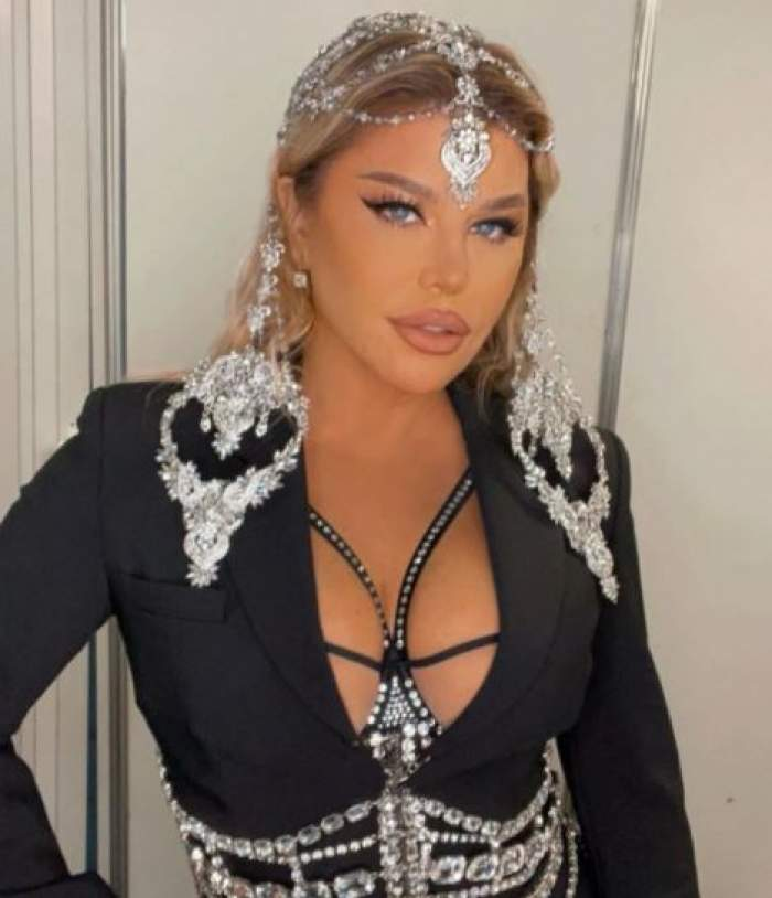 Loredana Groza cu costum negru și decolteu.