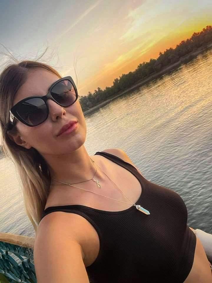 Alice Zlatov cu ochelari de soare și tricou negru.