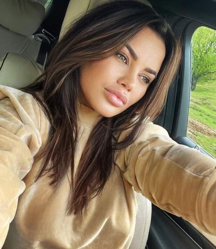 Carmen de la Sălciua își face un selfie din mașină, privește într-o parte și poartă o bluză crem.