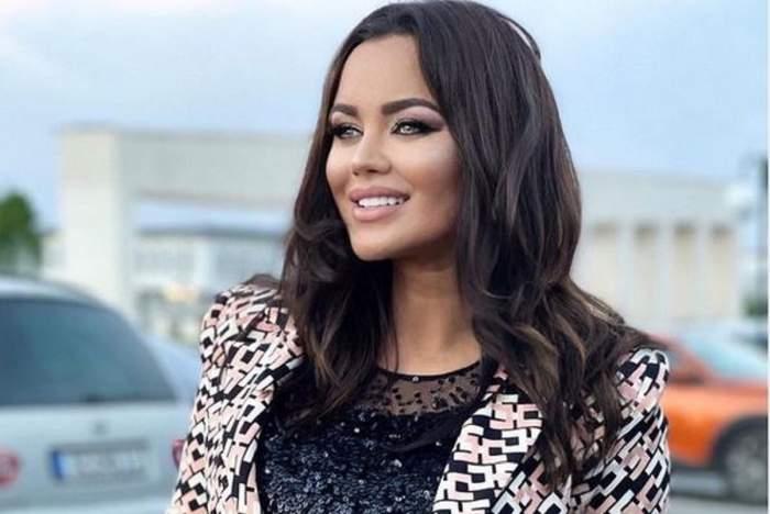 Carmen de la Sălciua e într-o parcare, zâmbește larg și poartă bluză cu paiete negre iar pe deasupra un sacou colorat.