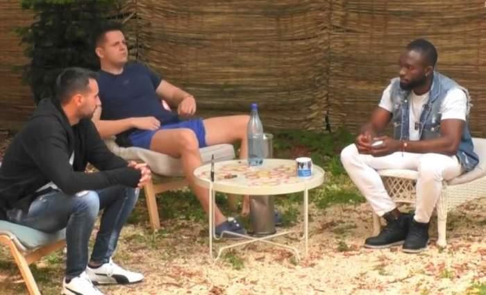 Blaze, Emil și Marian sunt în curtea casei Mireasa. Cei trei stau pe scaune albe și fotolii și discută.