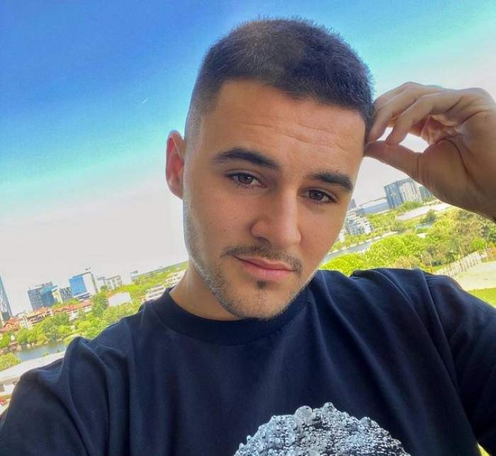 Mario Fresh își face un selfie de afară, îmbrăcat în tricou negru.