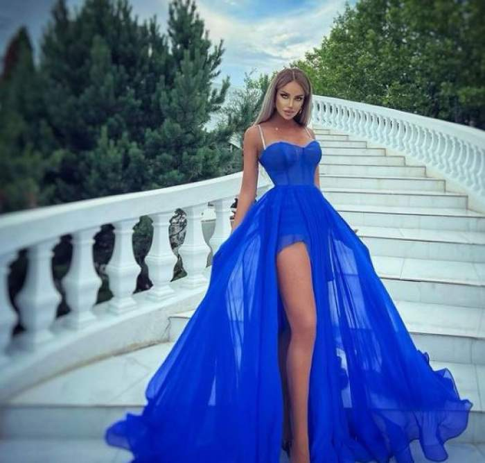 Bianca Drăgușanu în rochie albastră cu decolteu.
