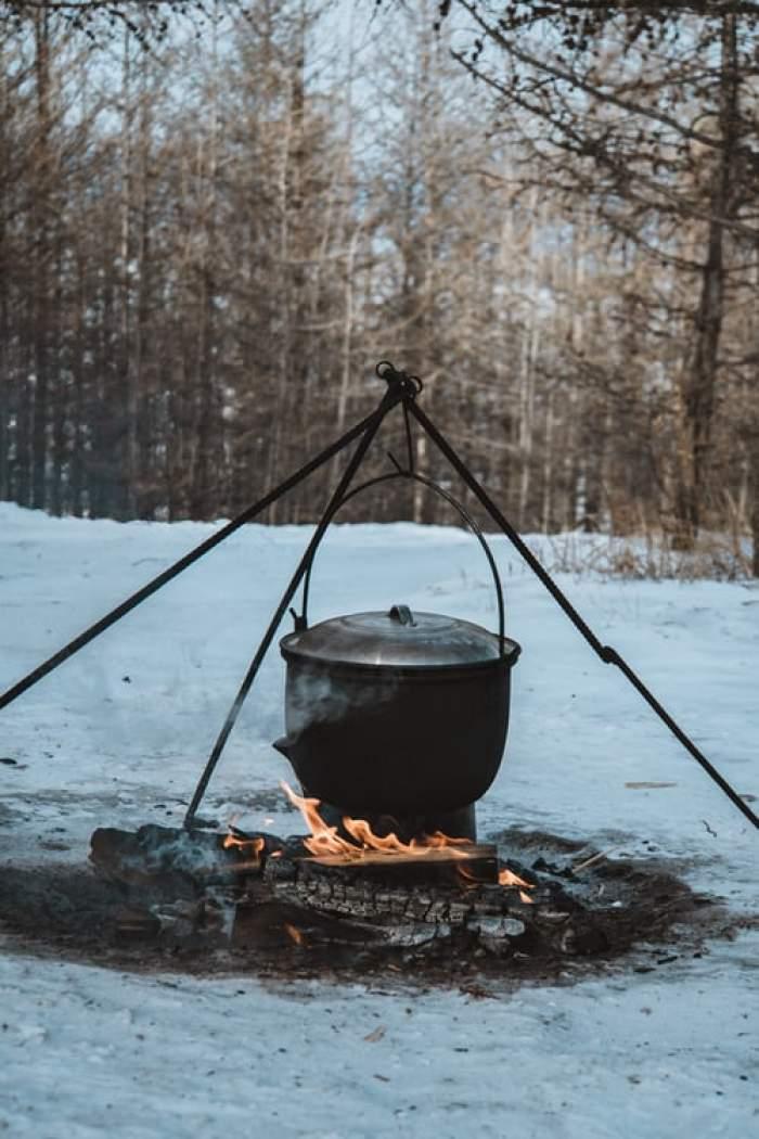 ceaun cu ciorba pe foc