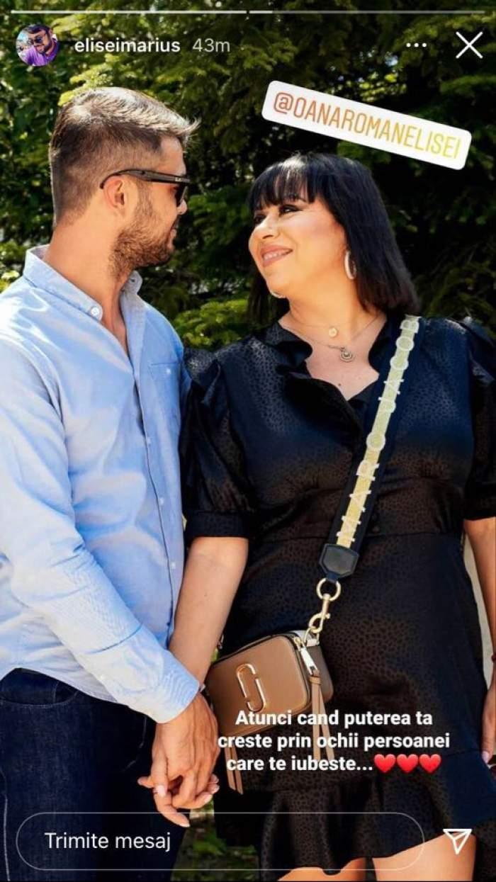 Marius Elisei și Oana Roman se țin de mână. Ea poartă rochie neagră și o geantă maro, iar el poartă cămașă bleu și blugi albaștri.
