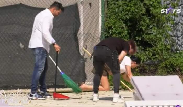 Brigitte și Florin Pastramă fac curățenie la piscină