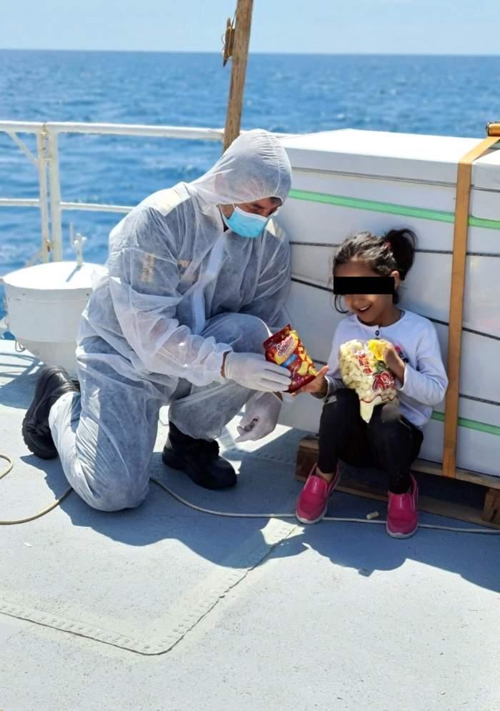 O fetiță afgană a fost salvată de polițiștii români din Marea Mediterană. Imaginea care a impresionat o lume întreagă / FOTO