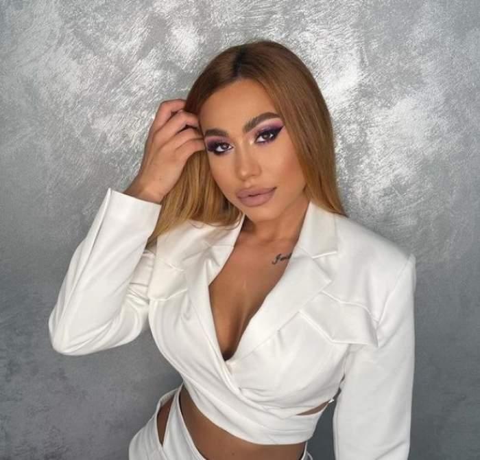 Roxana Dobrițoiu într-o bluză albă