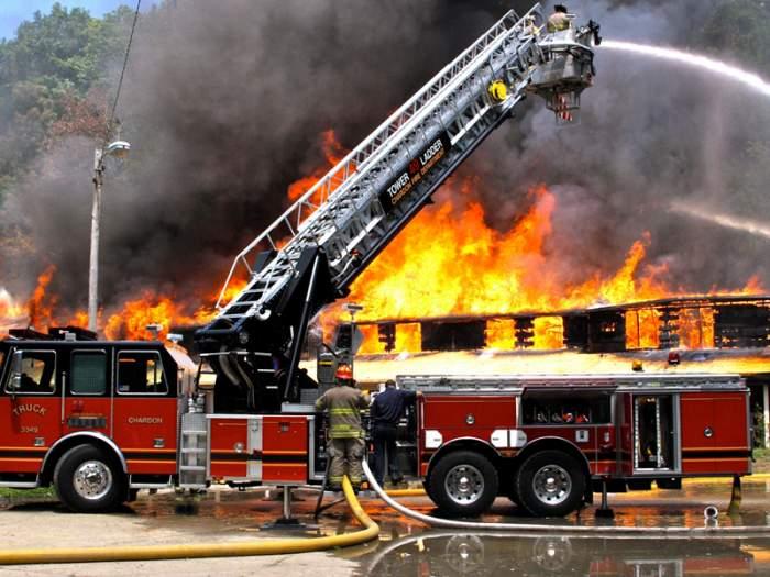 Incendiu violent la un centru de deșeuri din cartierul Militari. 13 mașini de pompieri intervin la fața locului