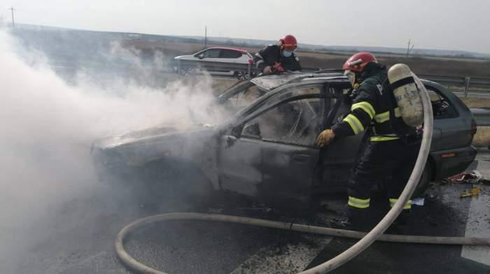 O mașină s-a făcut scrum, după ce a luat foc pe A1. Doi tineri au sărit din autoturismul rămas fără frâne. În ce stare se află victimele