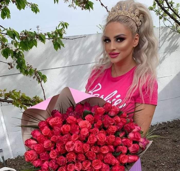 Sânziana Buruiană poartă tricou roz și ține un buchet de flori în mână.