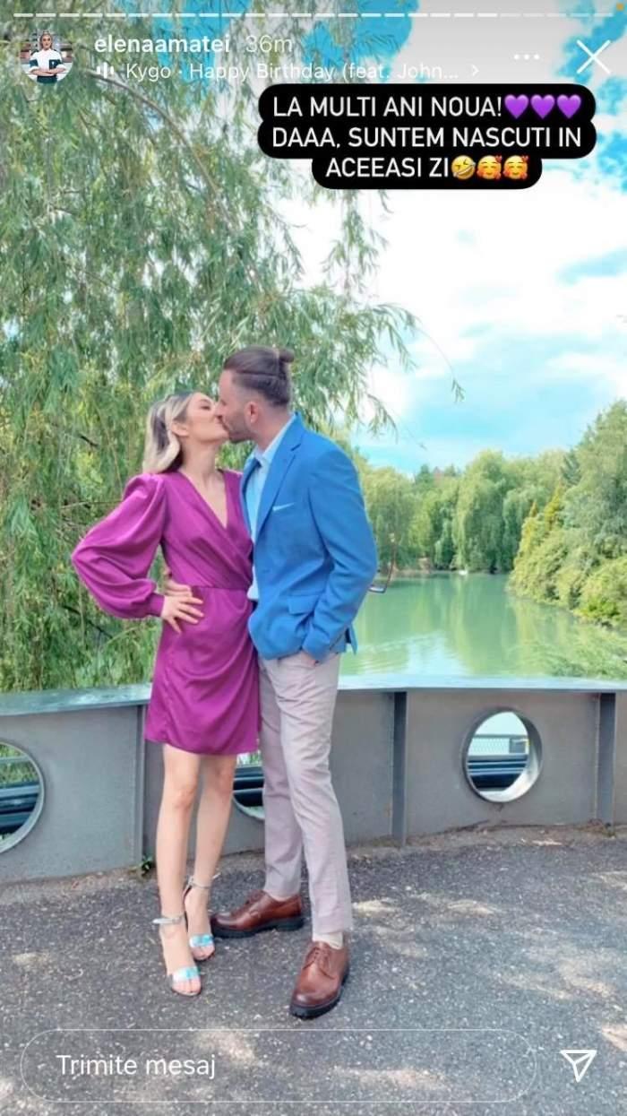 Elena Matei și iubitul ei se sărută. Ea poartă rochie mov, iar el e îmbrăcat cu sacou albastru și pantaloni gri și-și ține mâna în buzunar.