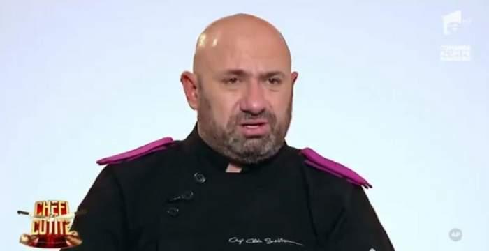 Cătălin Scărlătescu poartă o uniformă neagră de bucătar. Juratul dă un interviu la Chefi la cuțite.