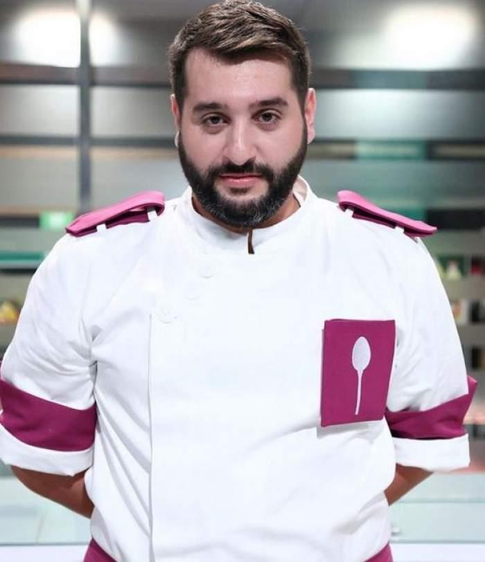 Enzo la Chefi e la cuțite și poartă uniformă albă cu mov, de bucătar. Tânărul ține mâinile la spate.