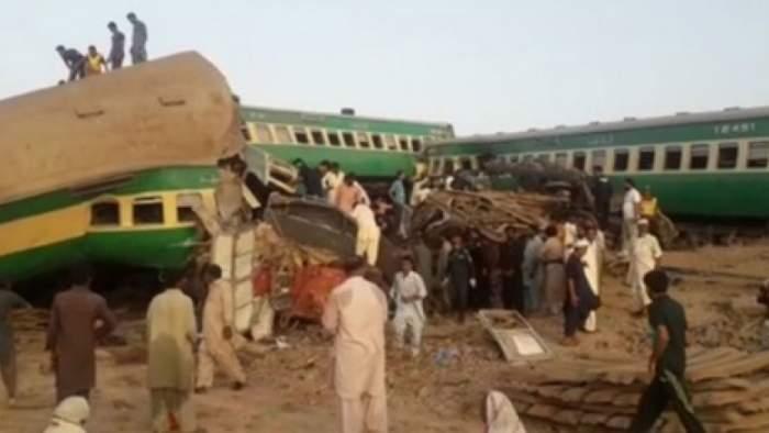 Două trenuri express s-au ciocnit în sudul Pakistanului. Sunt peste 30 de morți