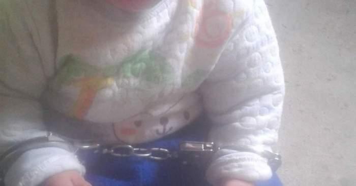 Imagine cu bebelușul încătușat.