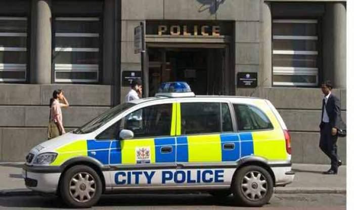 Doi polițiști români din Regatul Unit au fost amenințați cu concedierea după ce au venit un weekend în România. De ce au ajuns să fie judecați în instanță