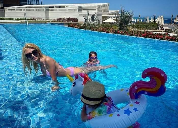 andreea balan cu fetitele in piscina