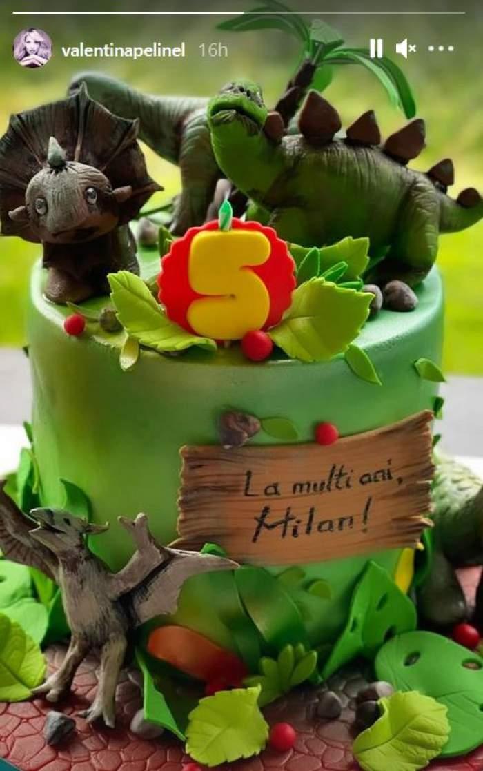 Tortul aniversal ar fiului lui Cristi Borcea și al Valentinei Pelinel este verde și cu figurile în formă de dinozauri.