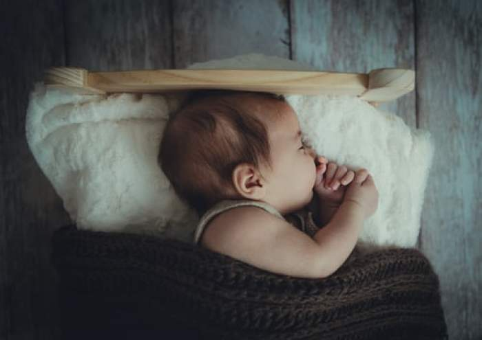Bebeluș strivit în somn de tată. Bărbatul este acuzat de tentativă de omor