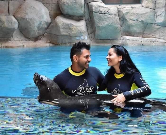 Brigitte și Florin Pastramă sunt în piscina unui parc acvatic.