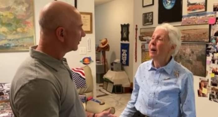 Jef Bezos alături de femeia pe care o va lua în spațiu