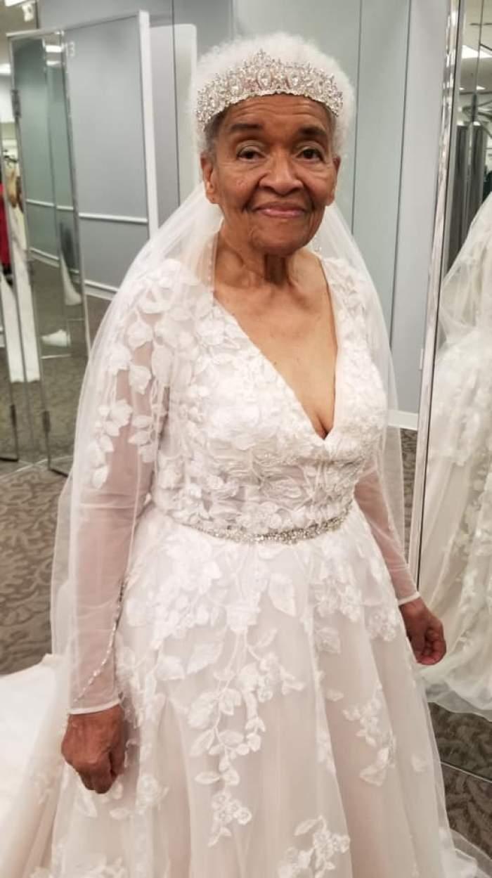 A îmbrăcat rochia de mireasă, pentru prima dată, la 94 de ani. Femeia și-a împlinit visul din tinerețe / FOTO