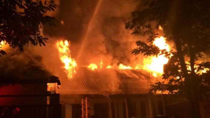 Incendiu puternic la o școală din Neamț! Flăcările mistuitoare au dus la pagube semnificative