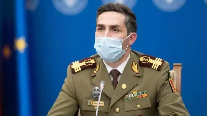 Valeriu Gheorghiță, la microfon, cu masca de protecție pe față