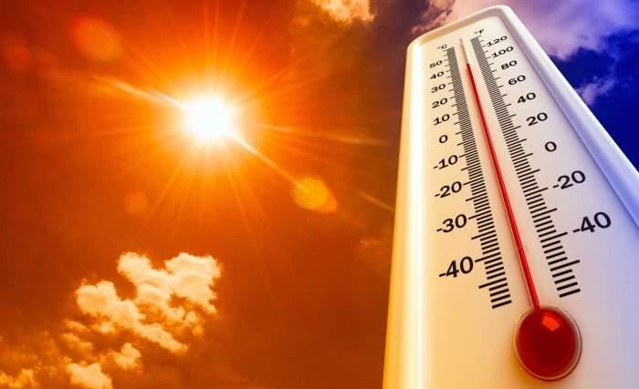 Un termometru și un colaj cu cer însorit