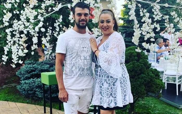 Oana Roman și Marius Elisei, îmbrățișați, îmbrăcați în alb
