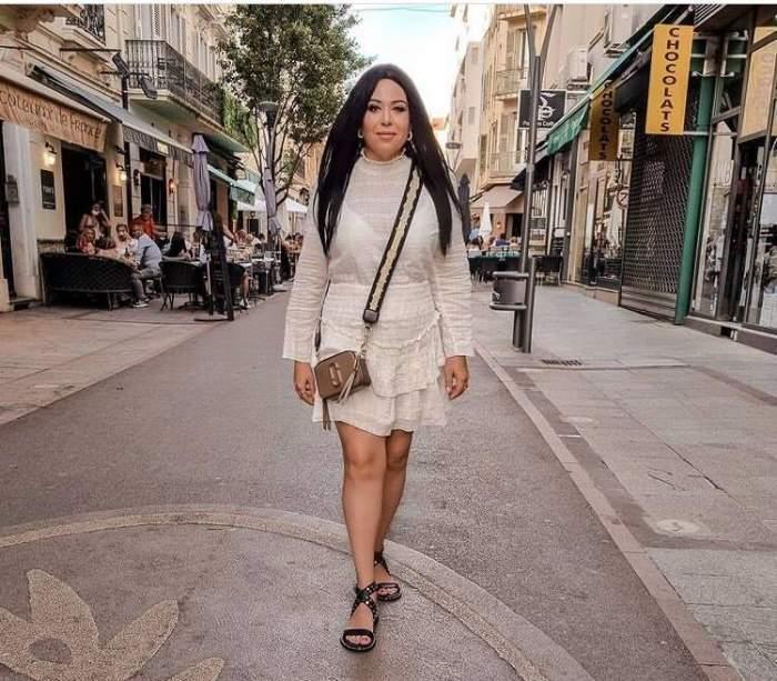 Oana Roman, pe stradă, în rochie albă