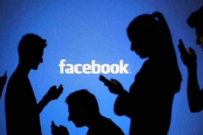 Imagine cu mai mulți tiner care butoneaă telefoanele