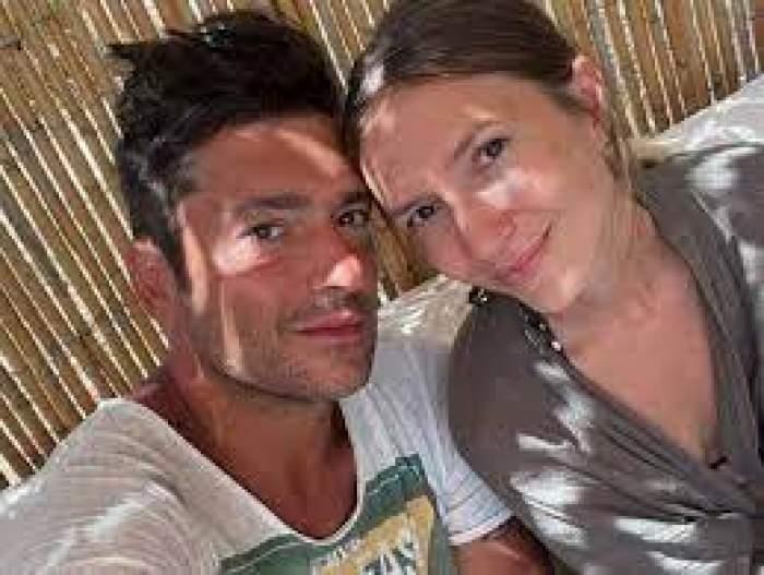 Radu Vâlcan și Adela Popescu, zâmbitori, la plajă