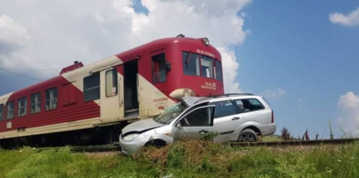 Un bărbat din Iași a sărit din mașină înainte să fie spulberat de tren, dar și-a lăsat soția în urmă. Ce a pățit femeia