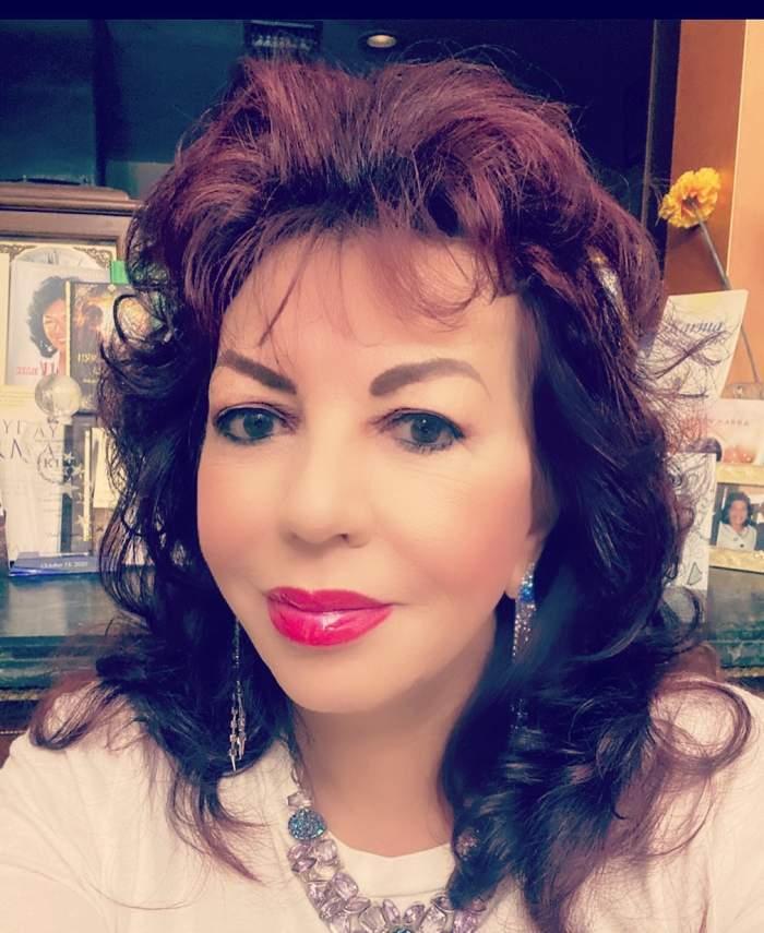 Carmen Harra, selfie acasă, foarte machiată