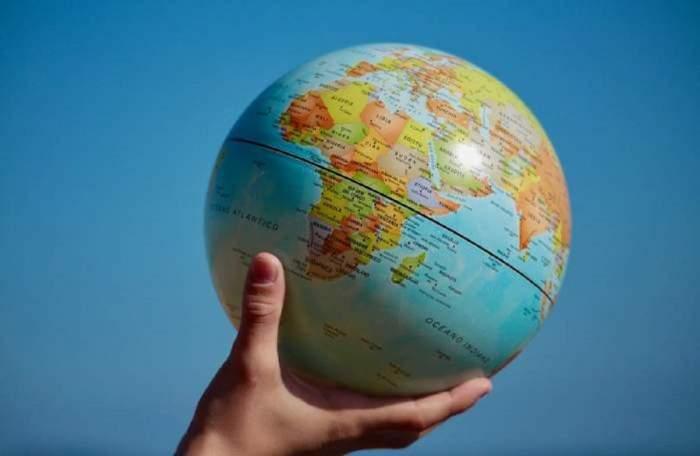 Un glob ținut în mână