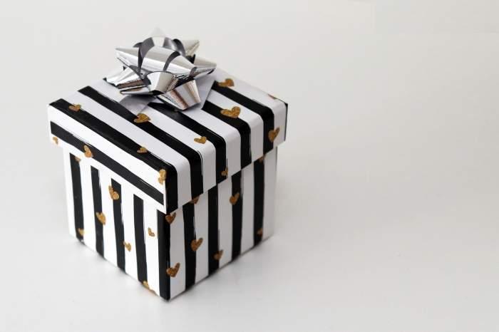 O cutie de cadou alb-negru