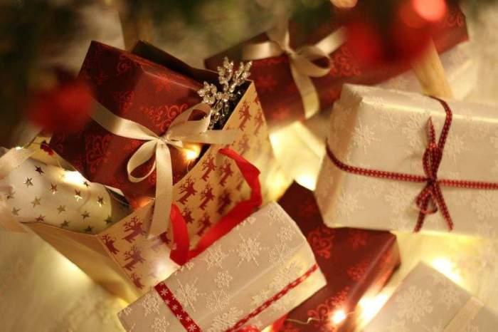 Multe cutii de cadouri