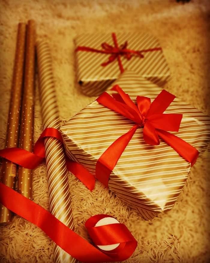 Două cutii aurii de cadouri