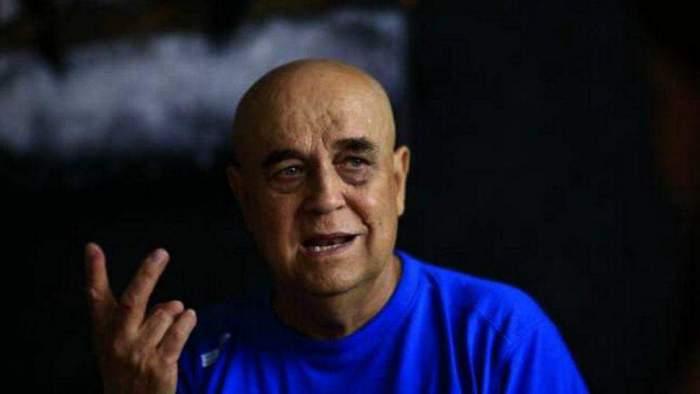 Benone Sinuescu, gesticulând, în tricou albastru