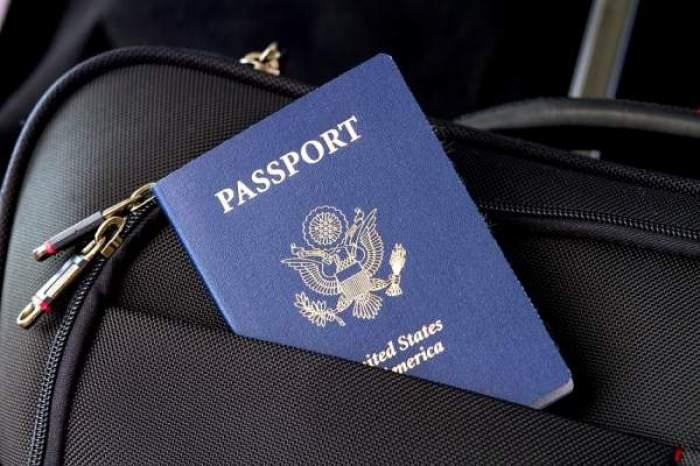 Un pașaport ținut în buzunarul unei genți